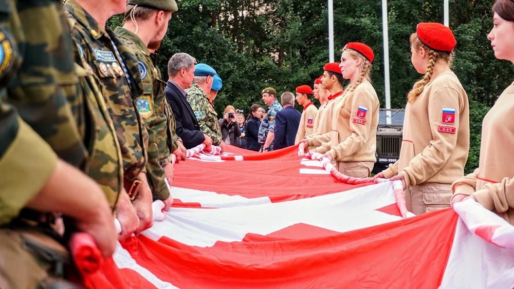 В Сосновом Бору развернули Знамя Победы